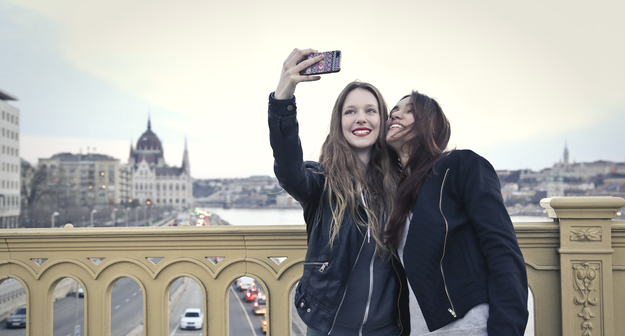http://obviousmag.org/a_hora_e_a_vez/2015/04/19/two-girls-smartphone-selfie.jpg