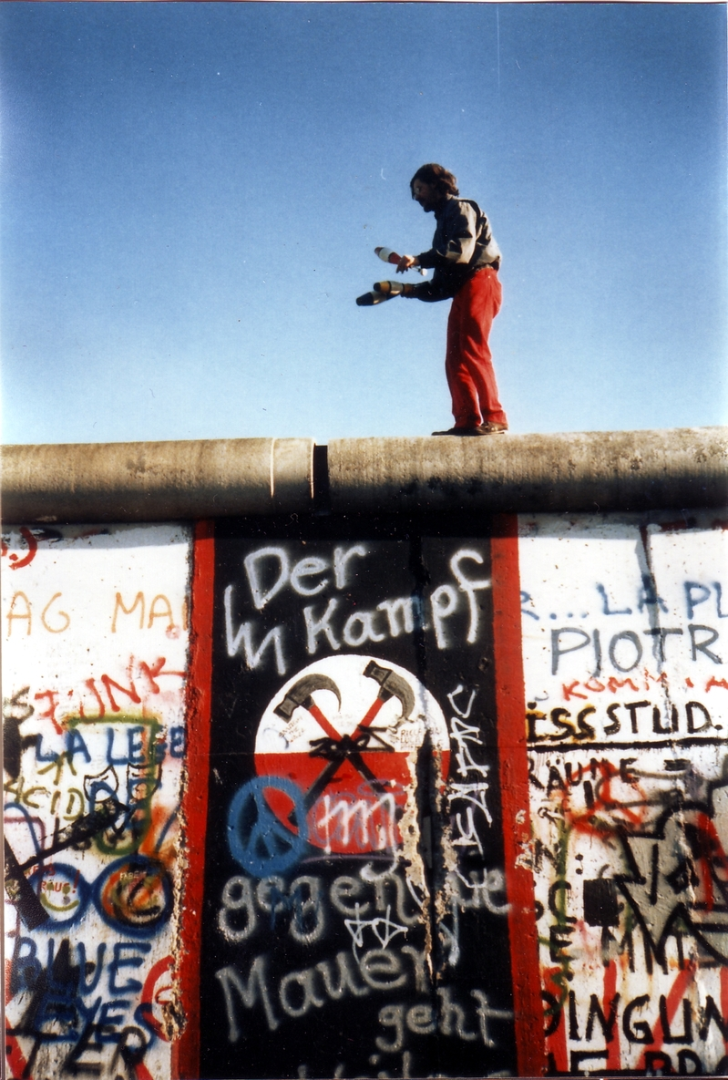 Juggling_on_the_Berlin_Wall.jpg