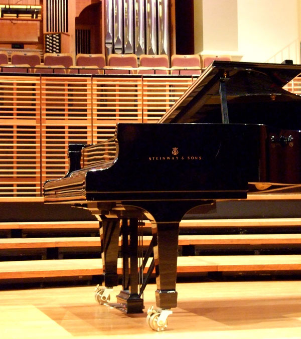 05_Steinway_&_Sons_piano_on_stage_05.jpg