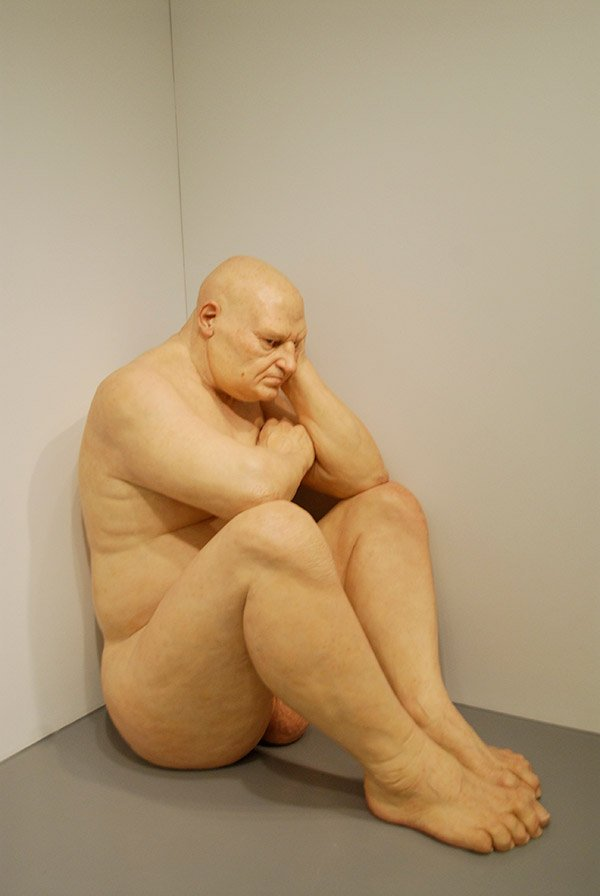 14_Ron_Mueck_Big_Man_fotografia_MetalCris.jpg