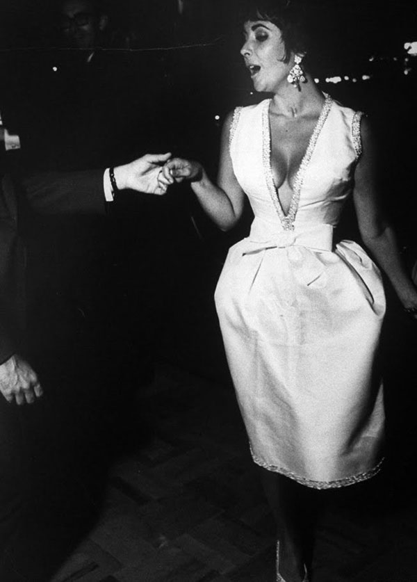 05_Elizabeth_Taylor_dancing_with_her_husband_Eddie_Fisher_during_a_party_in_Rome.jpg