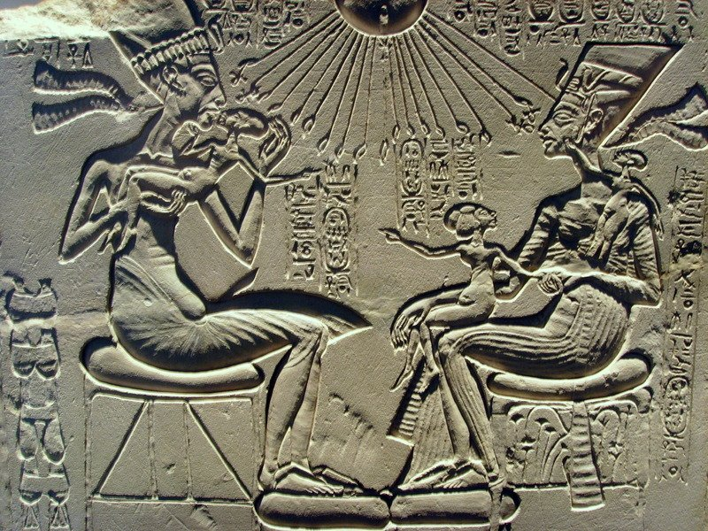 Akhenaten,_Nefertiti_and_their_children-thumb-800x600-54826.jpg
