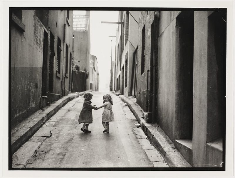 1186px-Children_in_Sydney_slums,_mainly_Surry_Hills,_Woolloomooloo,_Redfern,_1949_by_Ted_Hood_(6054103083).jpg