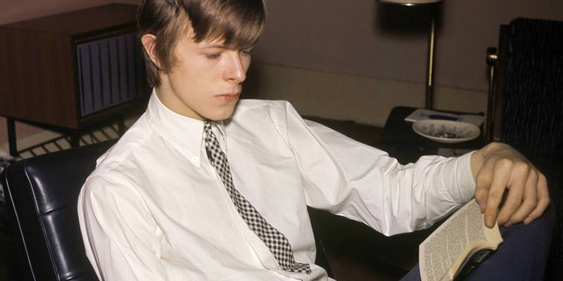 o-DAVID-BOWIE-READING-facebook.jpg