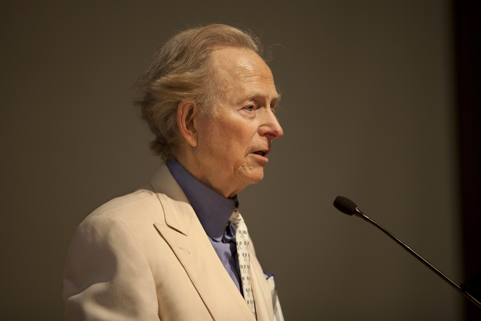 12-tom-wolfe-at-podium.jpg