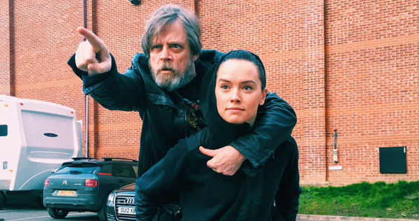 Star-Wars-8-Mark-Hamill-Daisy-Ridley-Wrap.jpg