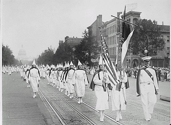 Ku_Klux_Klan_members_march_down_Pennsylvania_Avenue_in_Washington,_D.C._in_1928.jpg